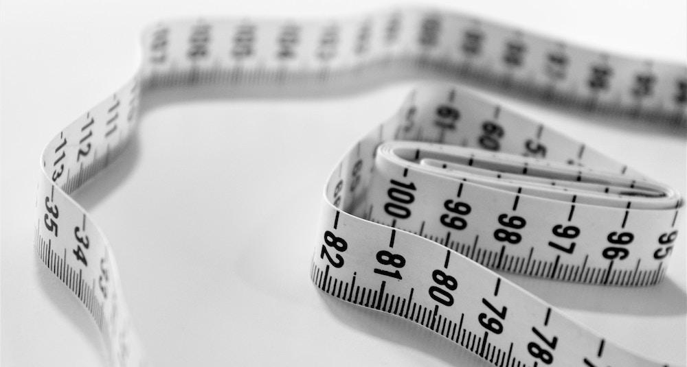Centimeters buikomvang verliezen is vaak het doel van afvallen